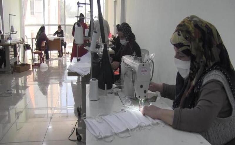 Şanlıurfa'da kadınlar maske yapmak için kolları sıvadı