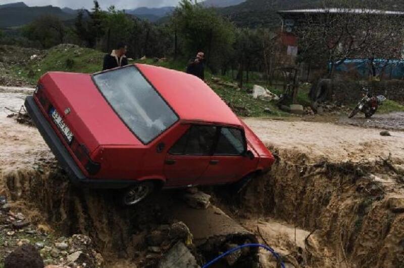 Yağmurda kayan otomobil menfeze düştü