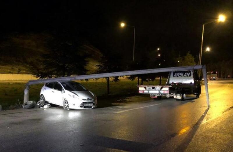 Otomobil aydınlatma direğine çarptı