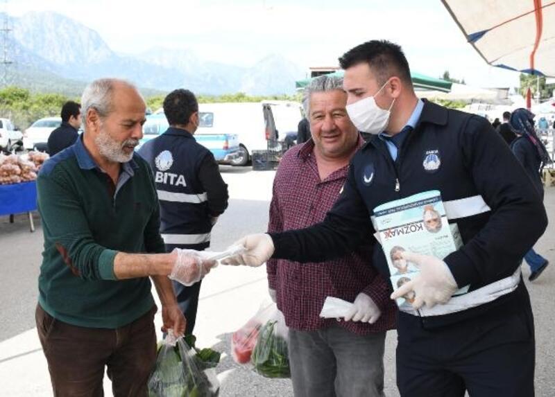 Pazarda ürünler poşetlendi, vatandaşa maske dağıtıldı