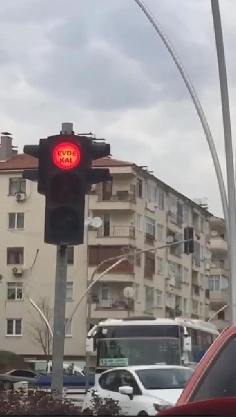 Tokat'ta trafik ışıklarına 'evde kal' yazısı yerleştirildi