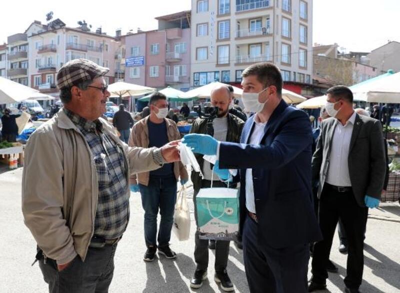 Başkan Ercengiz pazarda maske dağıttı