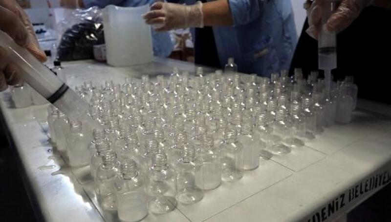 Belediye vatandaşlara dağıtılmak üzere dezenfektan hazırlıyor
