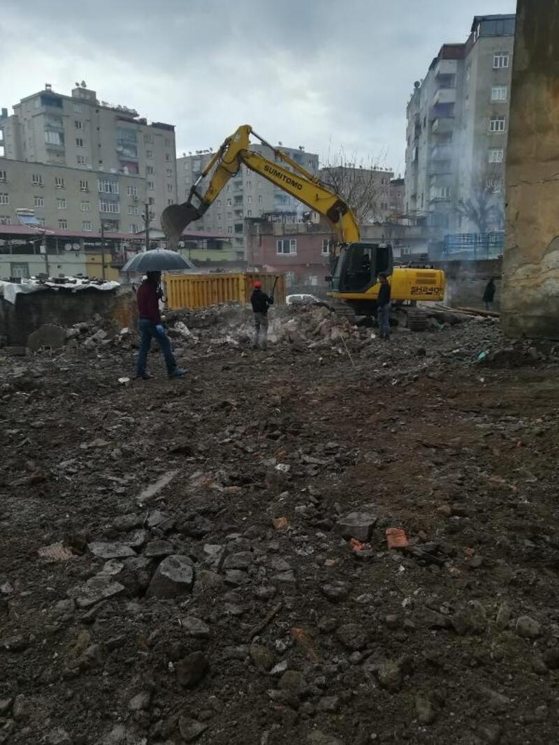 Bağlar'da riskli yapılar yıkıldı