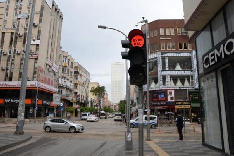Trafik ışıklarında 'Evde Kal' mesajı