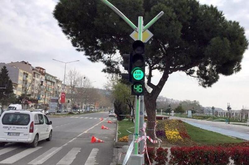 Tekirdağ'da, trafik ışıklarıyla 'evde kal' mesajı