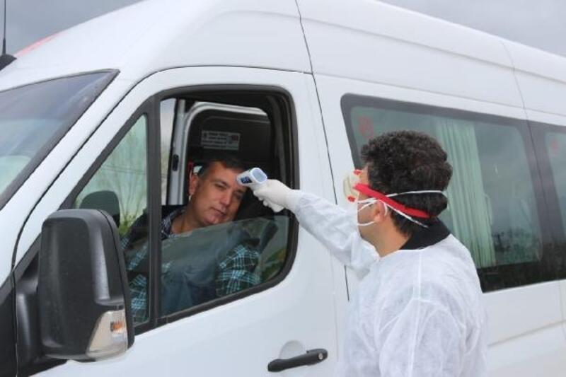 Kozan'da sürücü ve yolcuların ateş ölçümü yapıldı