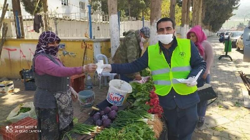 Semt pazarında maske dağıtıldı