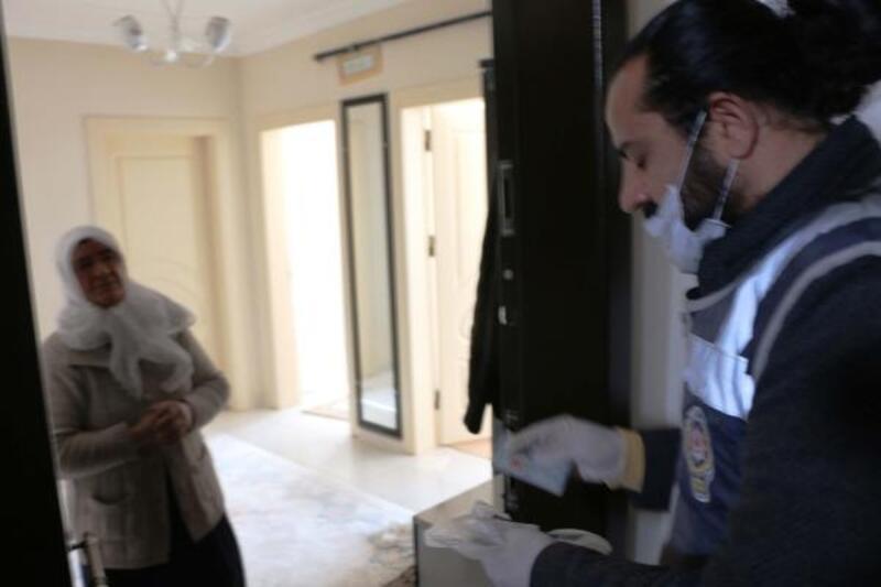 Polis ekipleri evden çıkamayan vatandaşın maaşını çekip teslim etti