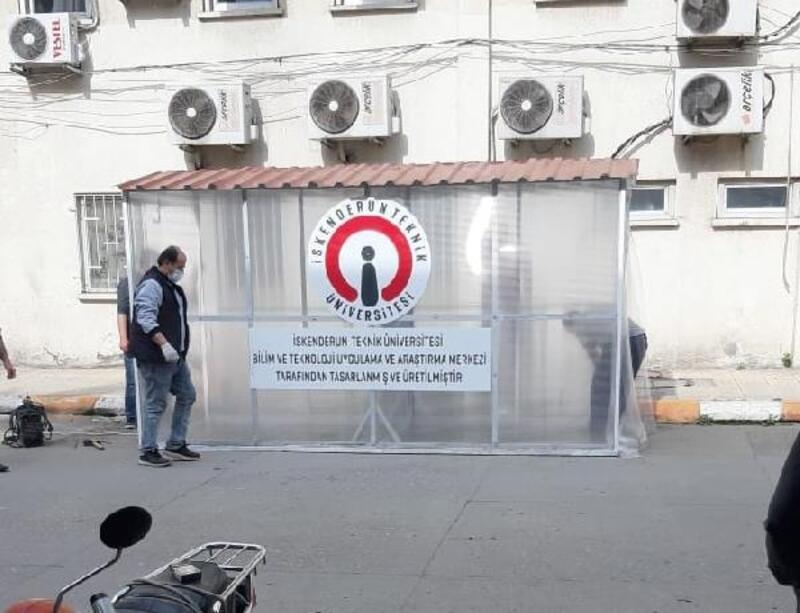 Hastaneye gelenler dezenfektan tünelinden geçiyor