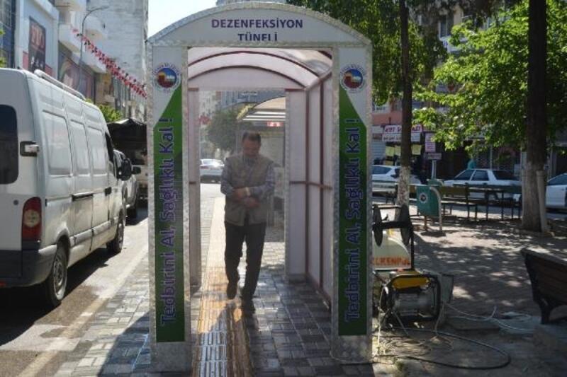 Ceyhan'ın işlek caddelerine dezenfekte tüneli kuruldu