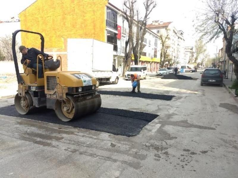 İnegöl'de asfalt yama çalışmaları sürüyor