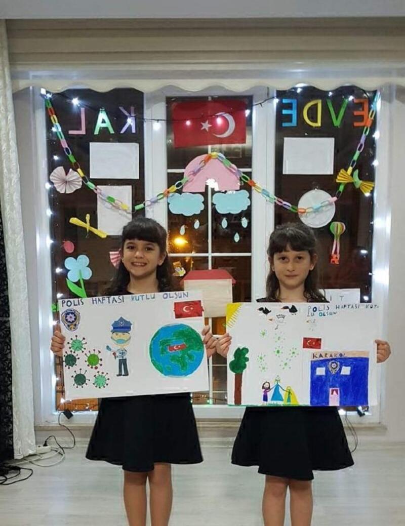 Minik kız kardeşler, pencerelerinden 'Evde kal' mesajı veriyor