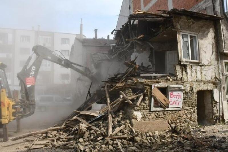 İnegöl'de tehlike arz eden metruk bina yıkıldı
