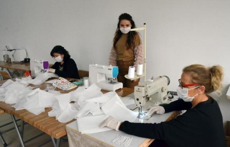 Serik'te gönüllü kadınlar tıbbi maske üretiyor