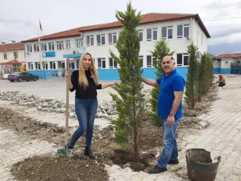 Okul bahçesine ağaç diktiler