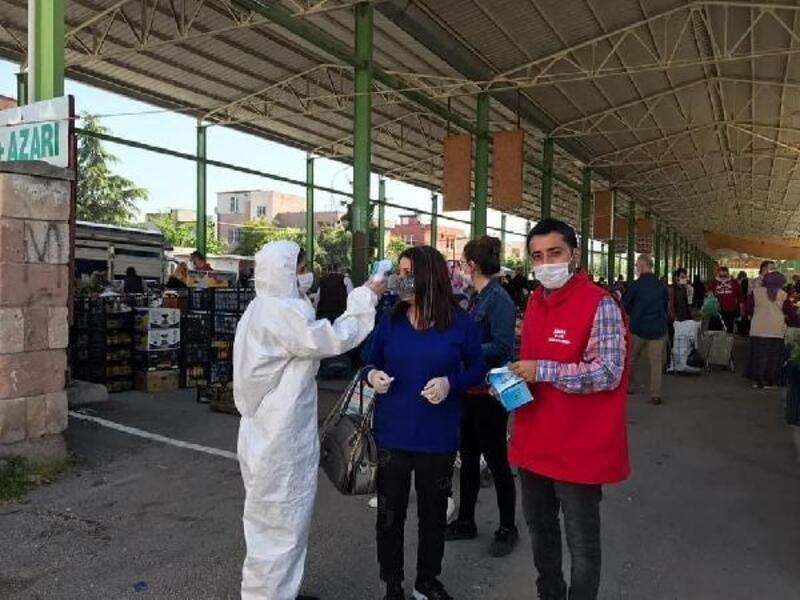 Ceyhan'da pazar girişlerinde ateş ölçümü yapılıyor