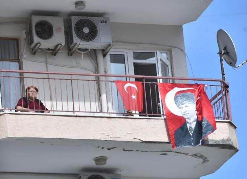 Evlerde bayrak şöleni