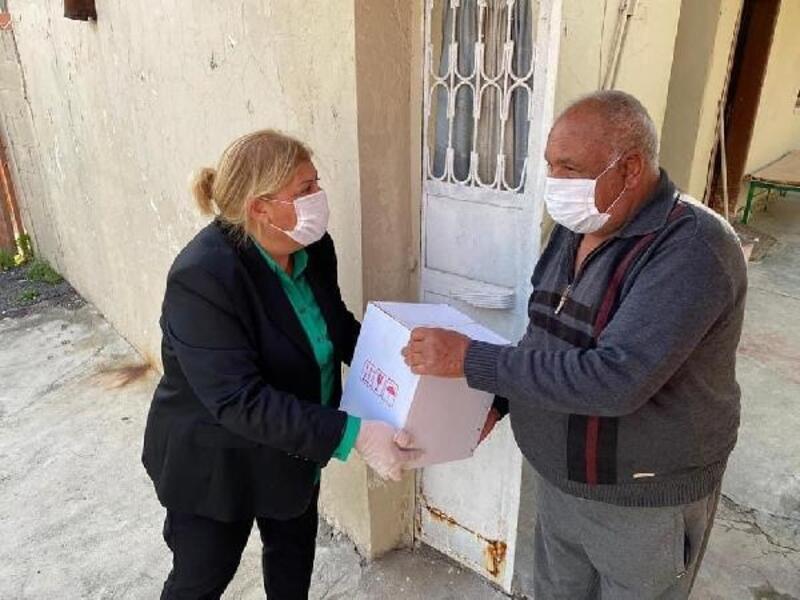 Başkan Erdem, vatandaşlara gıda kolisi dağıttı