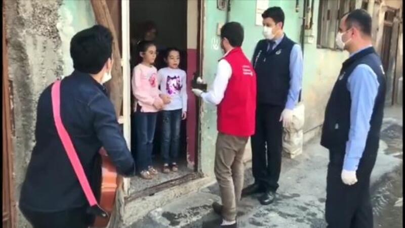 Kahramanmaraş'ta evde kalanlara pastalı müzikli ziyaret
