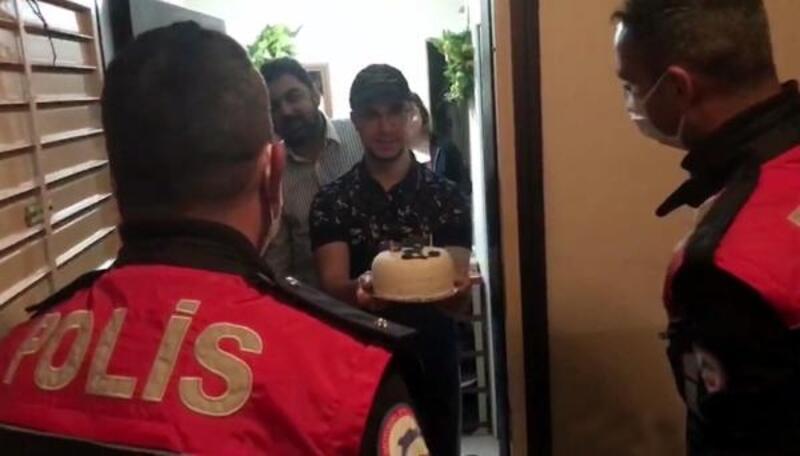 Evden çıkamayan 18 yaşındaki İbrahim'e polisten doğum günü sürprizi