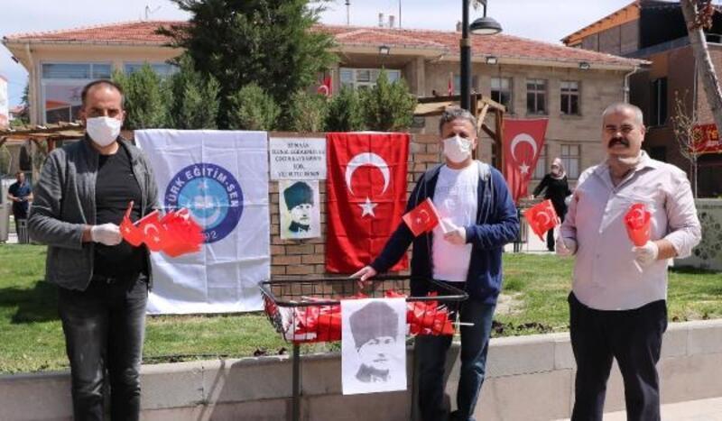 Meydanda Türk bayrağı dağıttılar