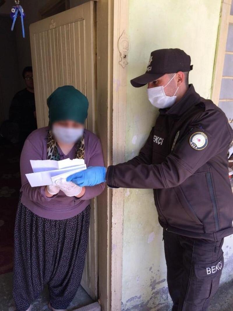 Adana'da sosyal yardım paraları evlere ulaştırılıyor