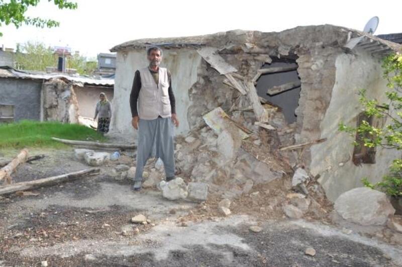 Besni'de tek katlı evin duvarı çöktü