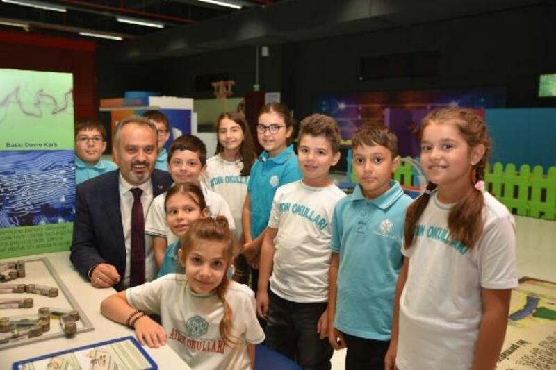 """Bursa Büyükşehir Belediye Başkanı Aktaş'tan çocuklara """"Başımıza icat çıkarın"""" çağrısı"""