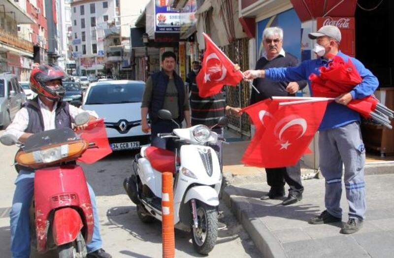 Serik'te vatandaşa bayrak dağıtımı