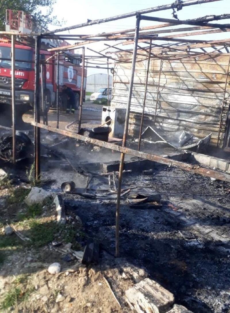 Serik'te işçi barakaları yandı