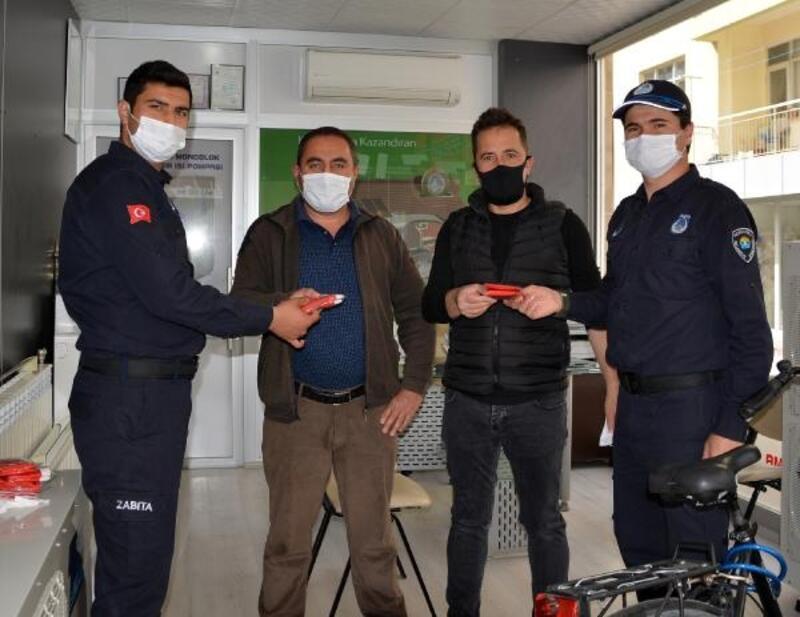 Vatandaşa maske ve Türk bayrağı