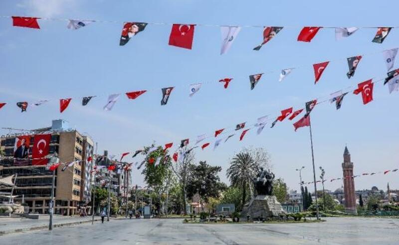 Cumhuriyet Meydanı, bayraklarla donatıldı