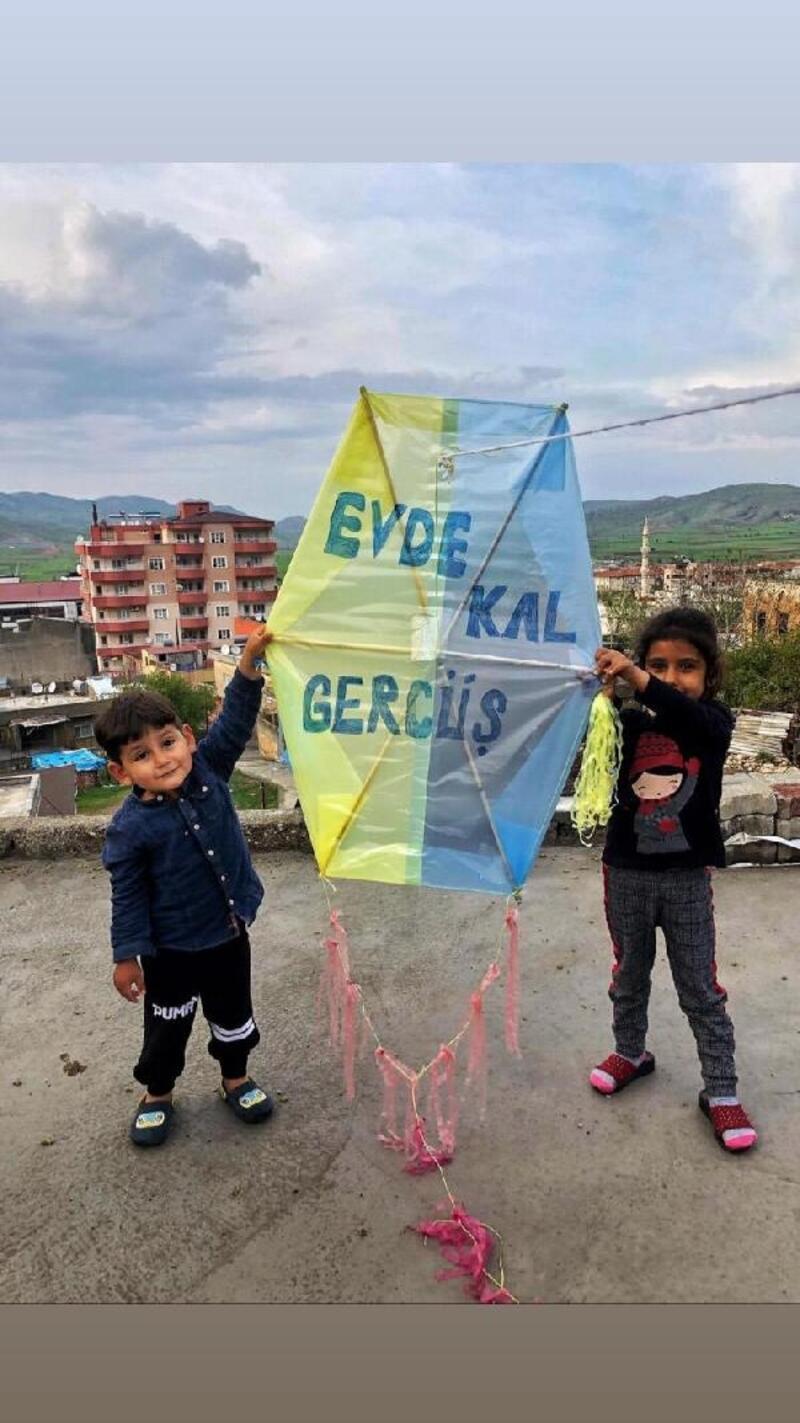 Çocuklardan uçurtmayla 'evde kal' mesajı