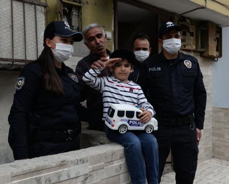 6 yaşındaki Eymen'e polisten hediye