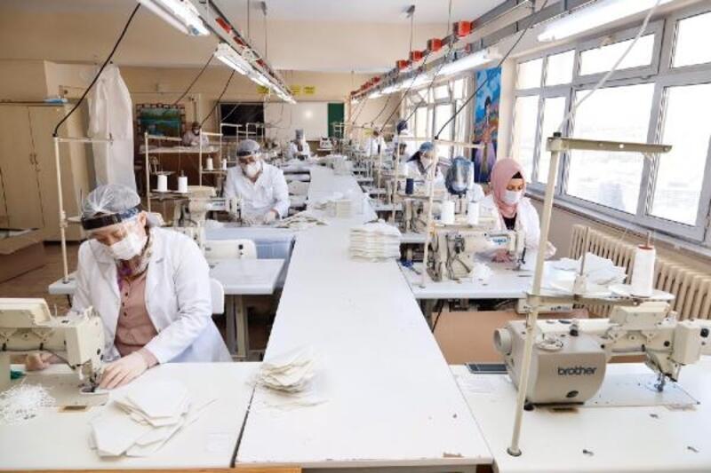Kağıthane'de öğrenciler ve öğretmenler günlük 10 bin maske üretiyor