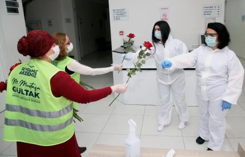 Akdeniz'de sağlık çalışanlarına 2 bin gül dağıtıldı