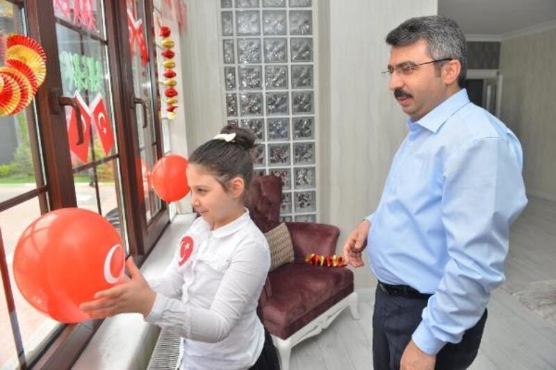Yıldırım Belediye Başkanı Yılmaz, kızıyla İstiklal Marşı okudu