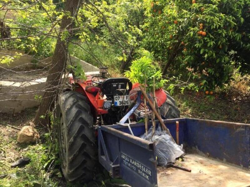 Traktörle ağaç arasına sıkıştı