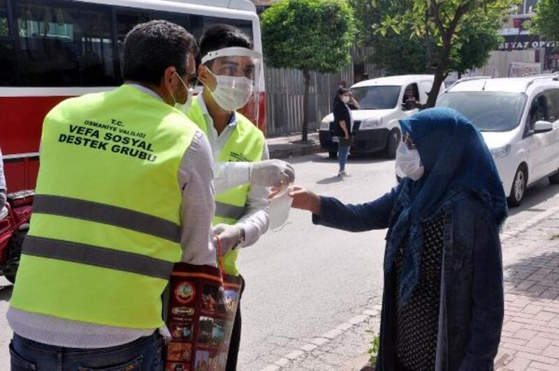 Vefa Sosyal Destek Grubu, vatandaşlara maske dağıttı