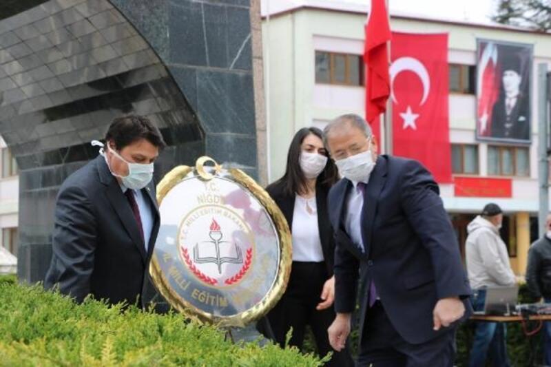 Niğde'de Atatürk anıtına çelenk sunuldu