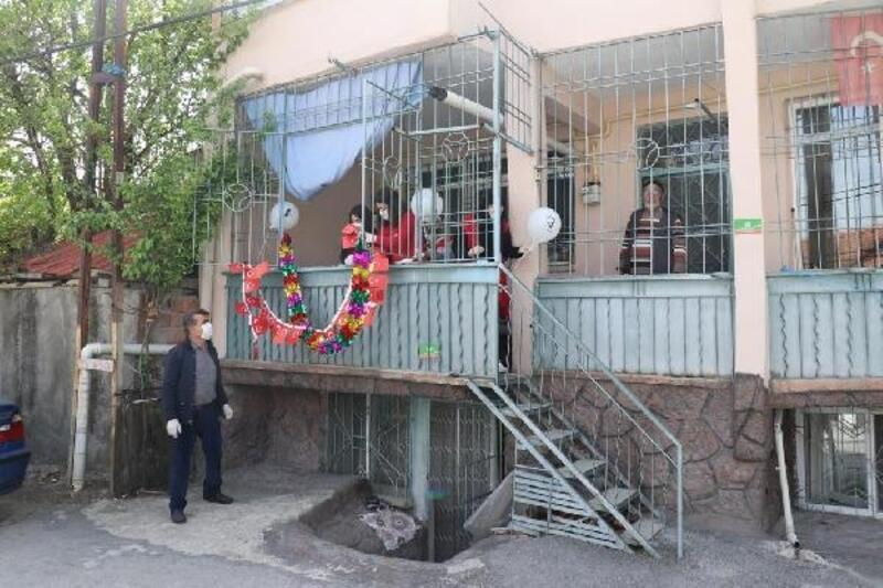 Malatya'da, evlerin balkonu süslenerek 23 Nisan kutlandı