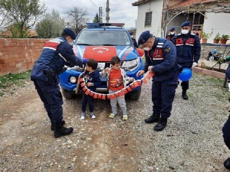 Jandarmadan çocuklara '23 Nisan' sürprizi