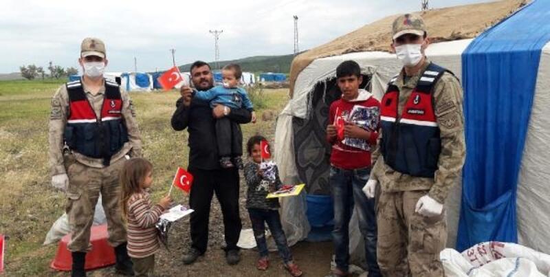 Jandarmadan çocuklara bayrak ve hediye