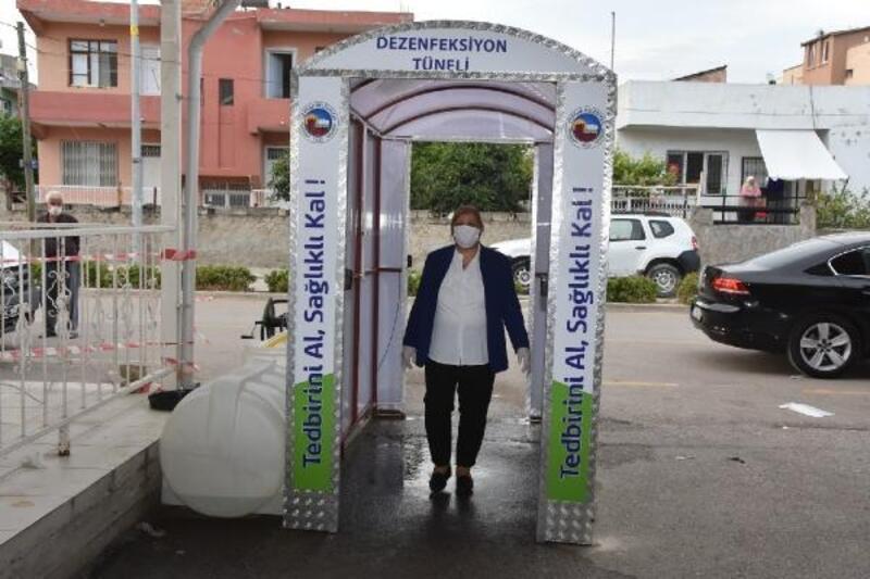 Ceyhan'da pazar girişlerine dezenfektan tüneli yerleştirildi