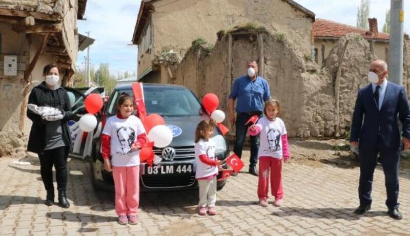 Mahalle ve köylerdeki çocuklara hediye dağıttılar