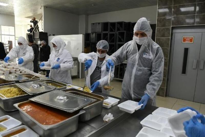 Büyükşehir Belediyesi'nden ihtiyaç sahiplerine iftar menüsü