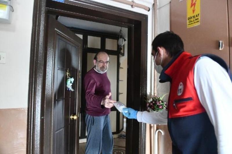 Mustafakemalpaşa Belediyesi kapı kapı dolaşıp ücretsiz maske dağıtıyor