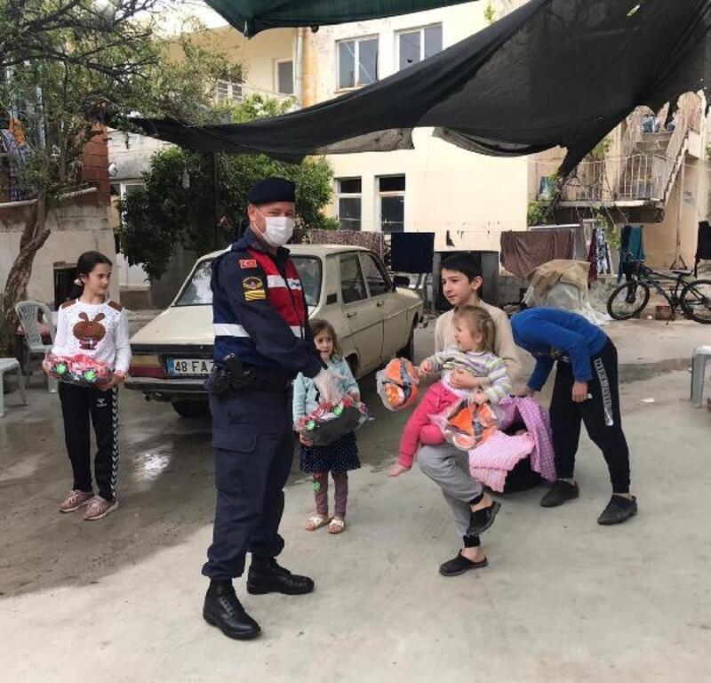 Jandarma ekipleri çocukları sevindirdi