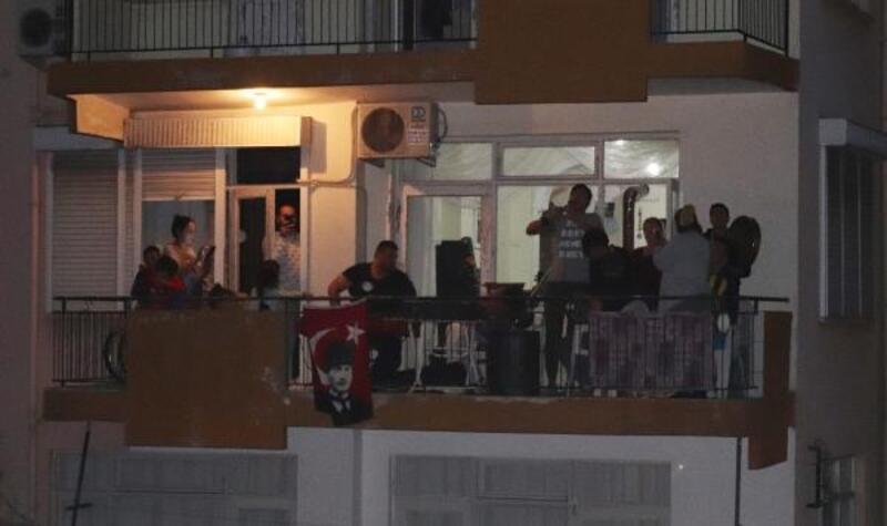 Müzisyenlerden her akşam balkon konseri